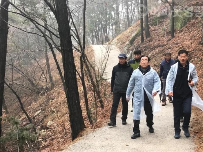 2.김준성 영광군수, 물무산 행복숲 조성사업 최종점검-1.JPG