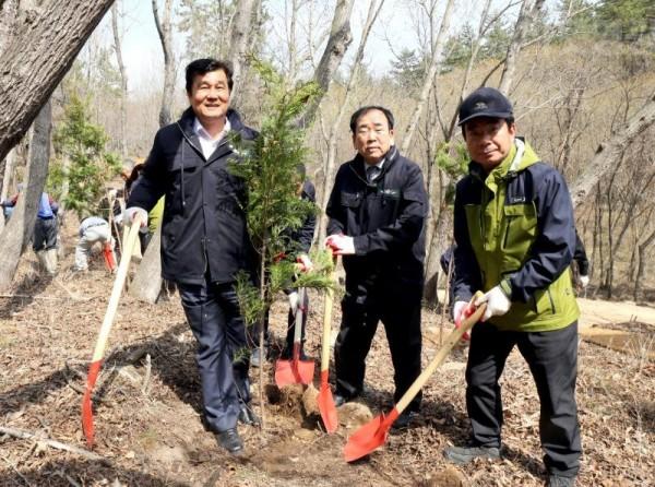 3.영광군, 제73회 식목일 기념 '물무산 행복숲' 나무심기 행사-2.JPG