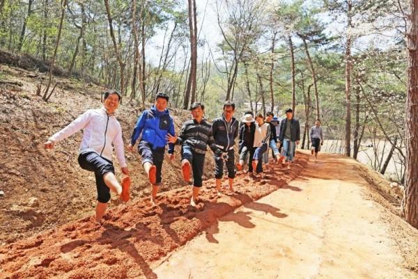 3.영광 물무산 행복숲 맨발 황톳길에서 발마사지 하세요!-2.jpg