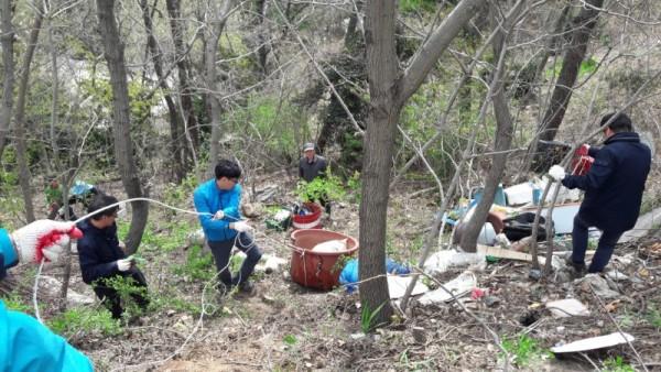 5.홍농읍 구 도로변 산중턱에 버려진 불법쓰레기 수거-2.jpg