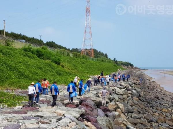 3.홍농읍 이장단 ! 한마음공원 해안가 정화활동에 두팔을 걷었다.jpg