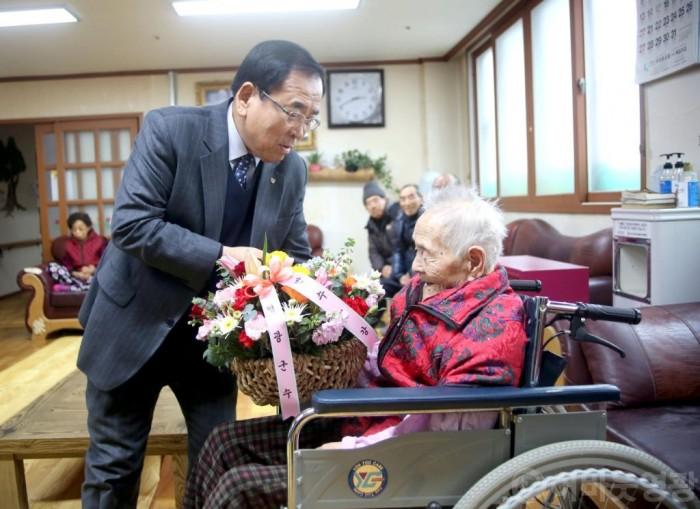 김준성 영광군수, 새해 최고령 장수 어르신 방문 2.JPG