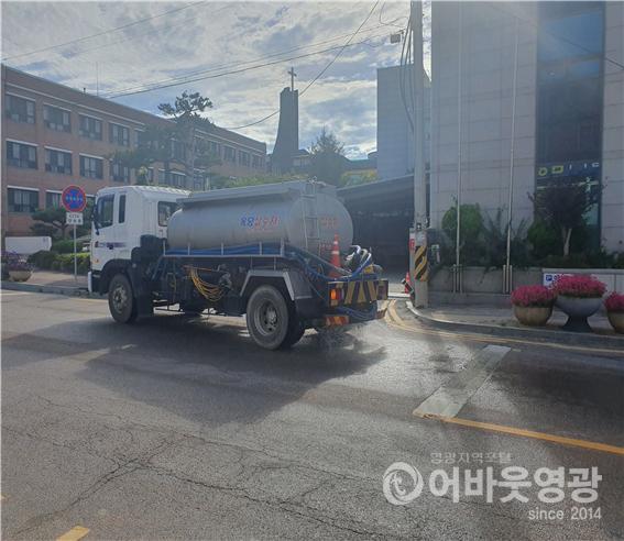 5.영광군은 온열피해를 예방하고 주민체감온도 저감을 위해 오전 10시부터 오후4시까지 살수차를 운영중에 있다..png