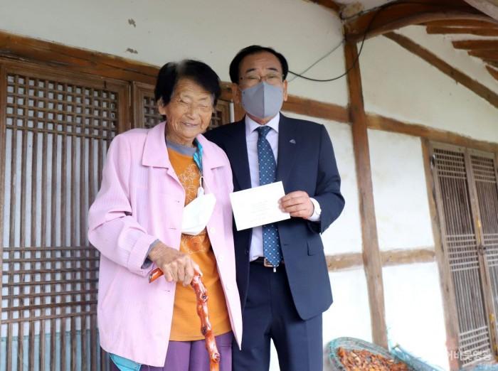 1.김준성 영광군수는 지난 12일, 제25회 노인의 날을 맞이하여 100세를 맞이한 어르신 가정을 방문해 장수지팡이 청려장을 전달했다..JPG